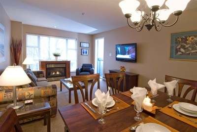 Whistler Glacier lodge,2Bed,2Bath,Pool, Hottubs,50m from lift. Wifi.